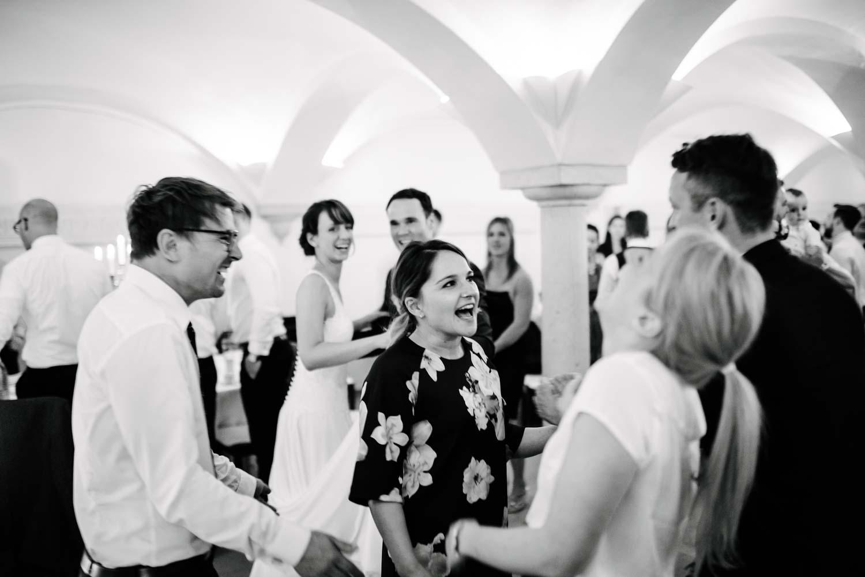 Hochzeitsgäste feiern Party Hochzeit Rostocker Fotograf in Augsburg