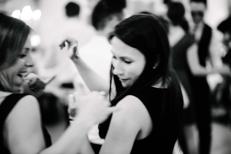 Gäste rocken die Tanzfläche Hochzeit Rostocker Fotograf in Augsburg