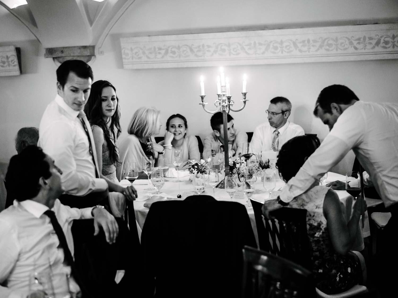 Hochzeitsgäste am Tisch nach dem Abendessen Hochzeit Rostocker Fotograf in Augsburg