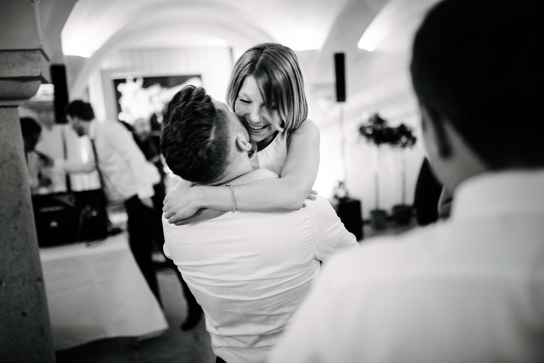 Hochzeitsgast hebt Dame im Abendkleid auf der Tanzfläche hoch Hochzeit Rostocker Fotograf in Augsburg
