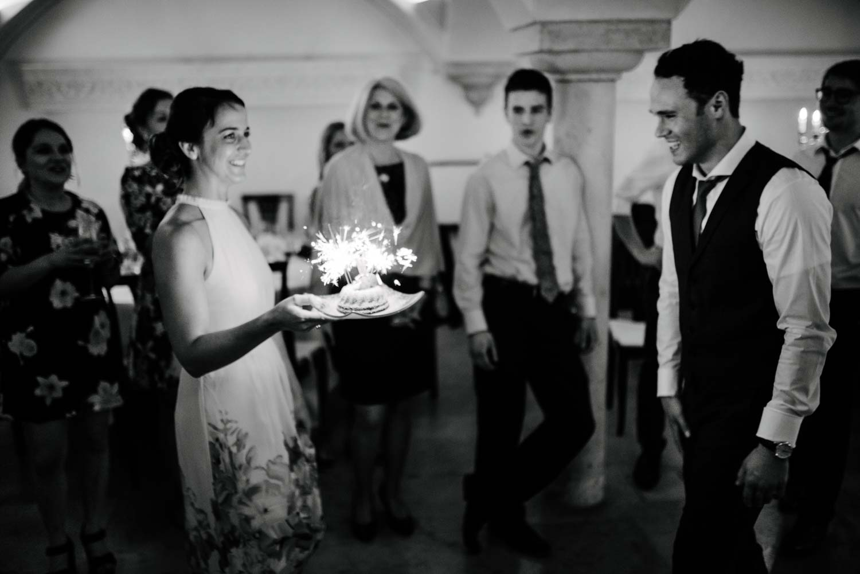 Geburtstagskuchen für den Bräutigam mit Wunderkerzen Hochzeit Rostocker Fotograf in Augsburg