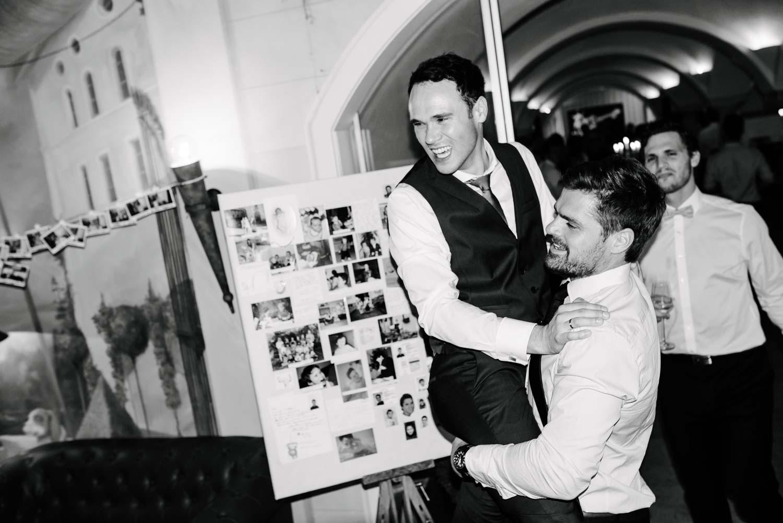 Trauzeuge trägt den Bräutigam zur Bar Hochzeit Rostocker Fotograf in Augsburg
