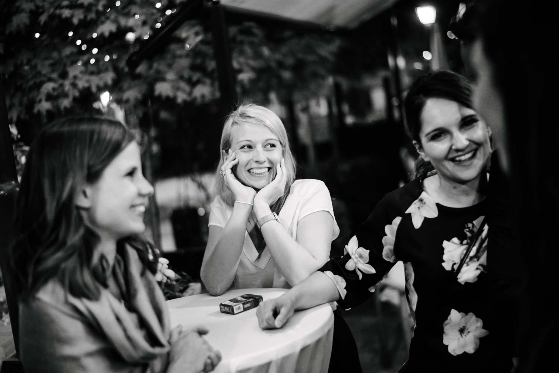 lächelnder Hochzeitsgast im Kleid Hochzeit Rostocker Fotograf in Augsburg