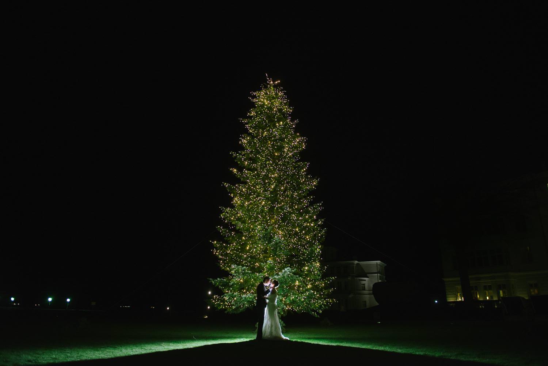 Winter Hochzeit Brautpaar Weihnachtsbaum Wedding Grand Hotel Hei