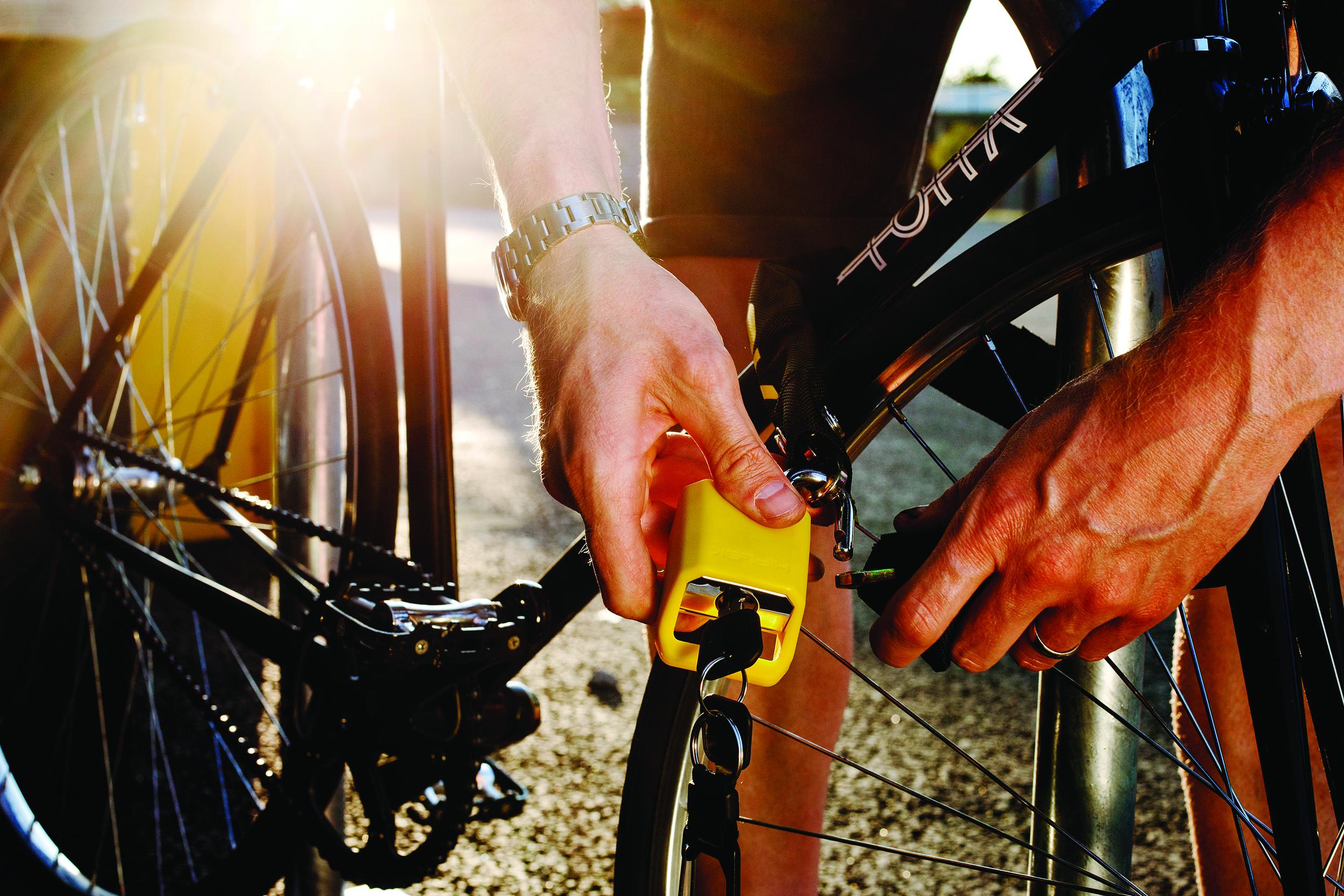Hiplok LITE Yellow - locking.jpg