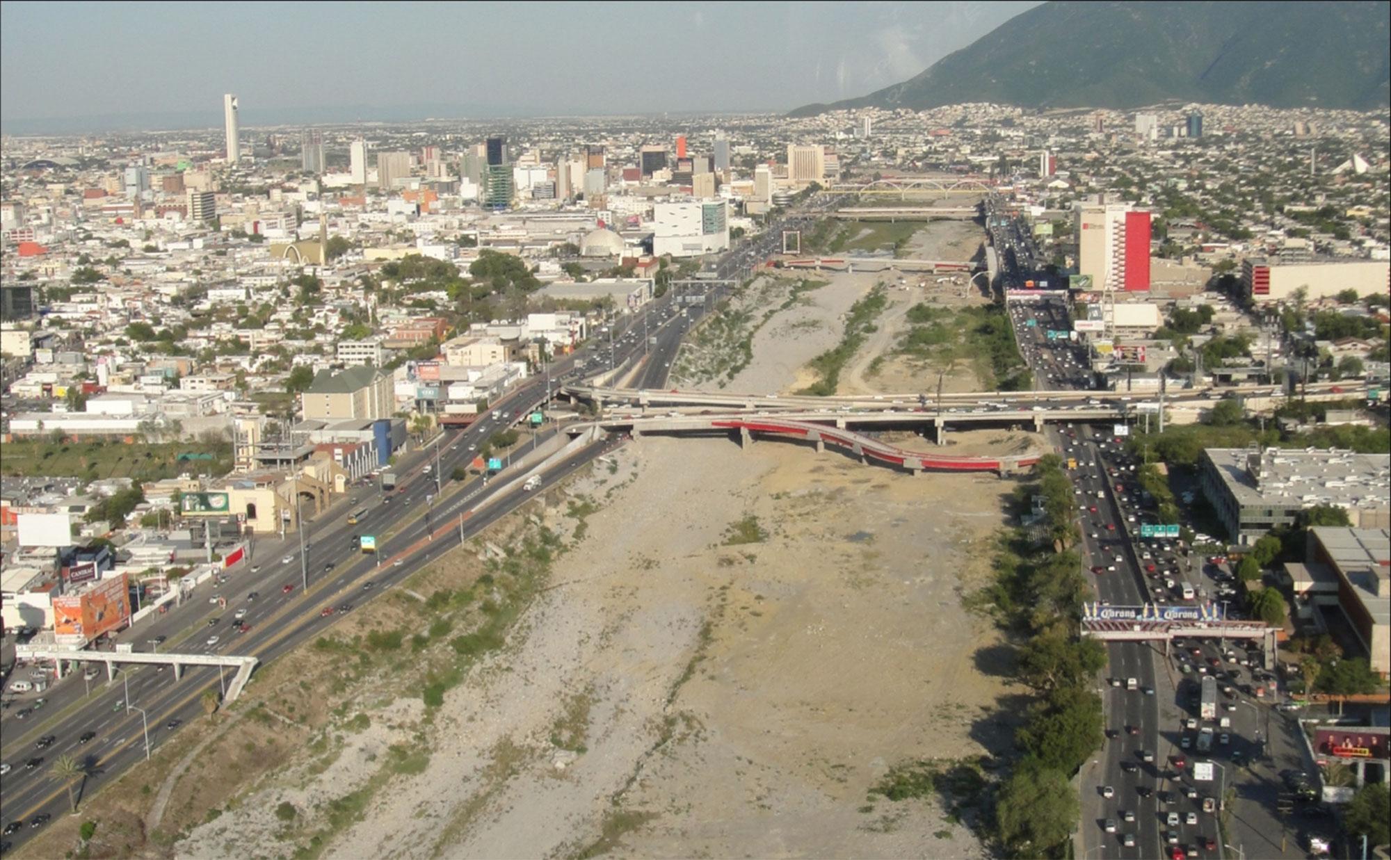Las avenidas Constitución y Morones Prieto hacen  swandich  al río Santa Catarina a la altura de CONVEX, con pocas –o nulas– oportunidades de acceso peatonal. Foto tomada en 2012.