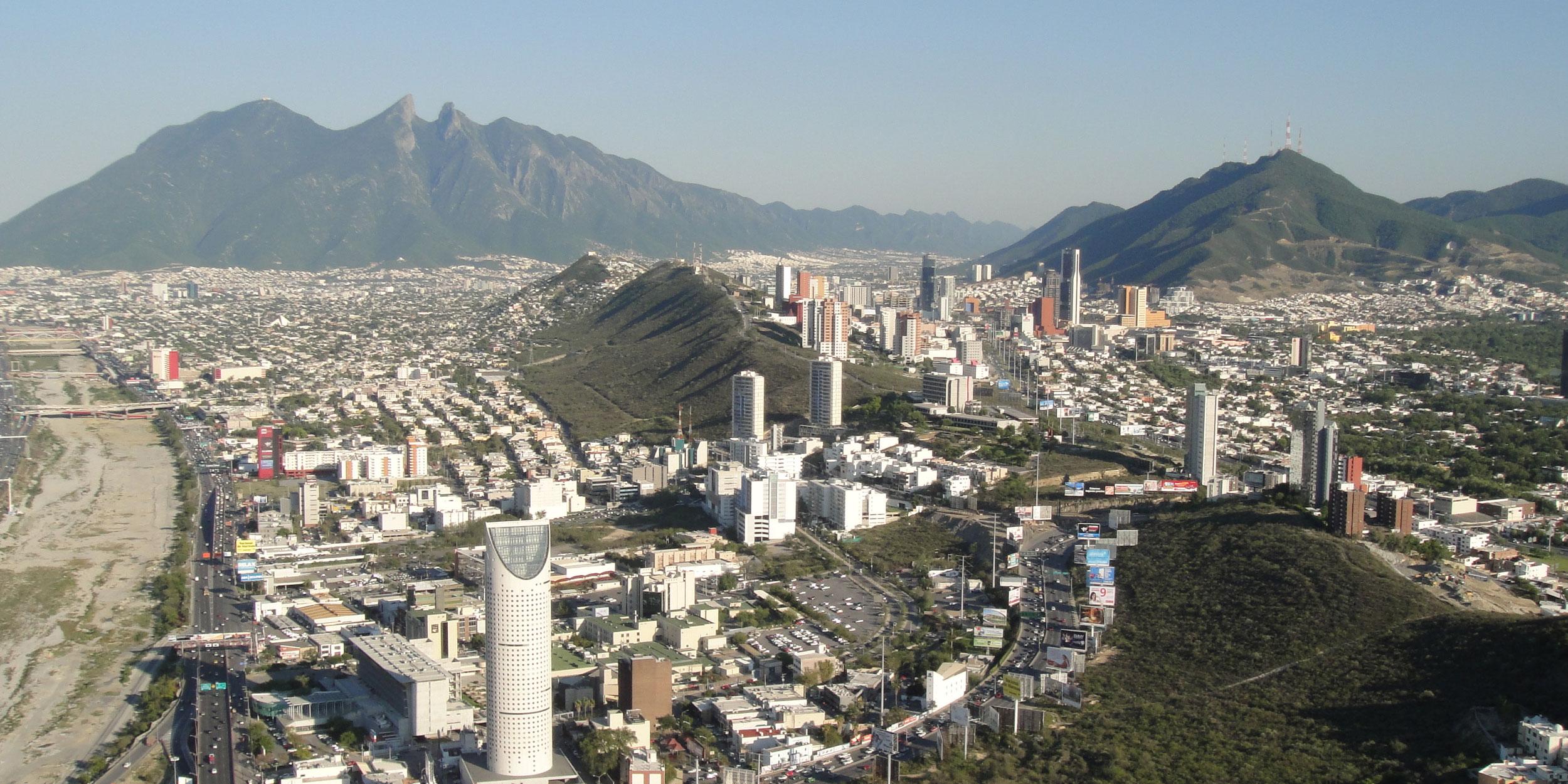 Vista de la división natural entre Monterrey / San Pedro.