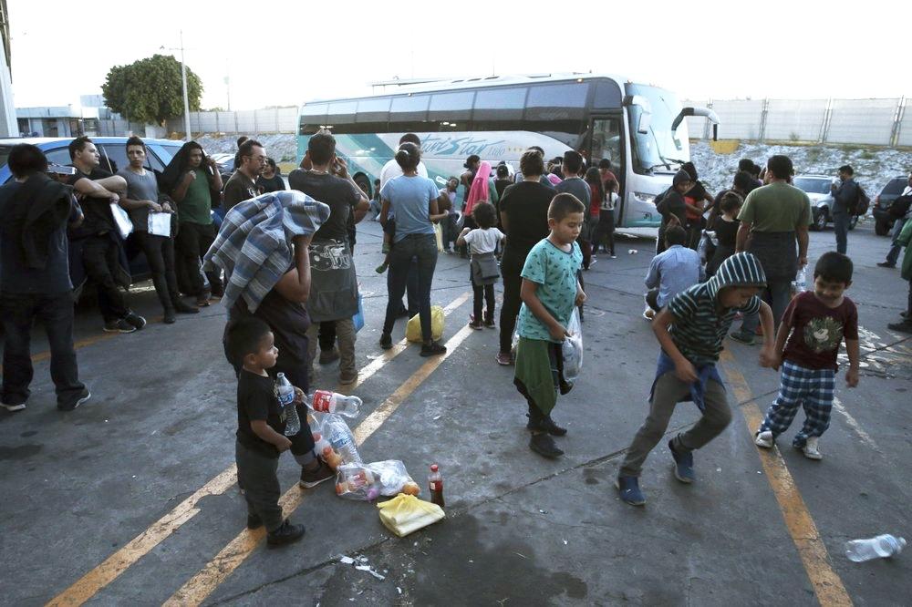 Inmigrantes que serán trasladados de Nuevo Laredo a Monterrey. Foto tomada de la agencia AP (Marco Ugarte).