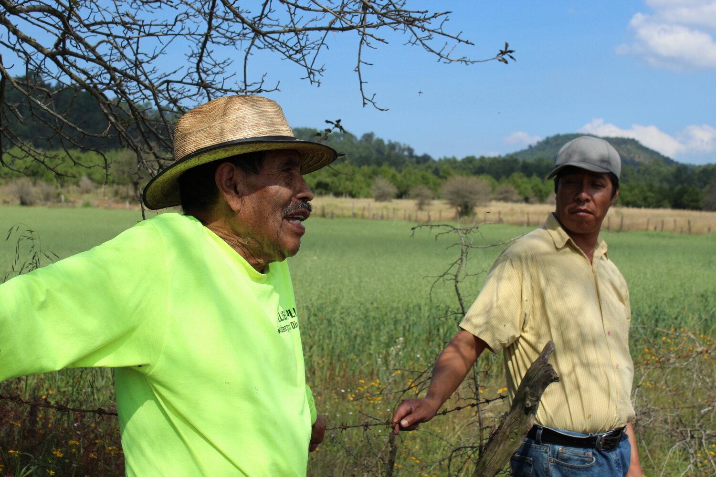 Don Andrés junto al ex-encargado de asuntos agrarios del Comisariado de Sicuicho.