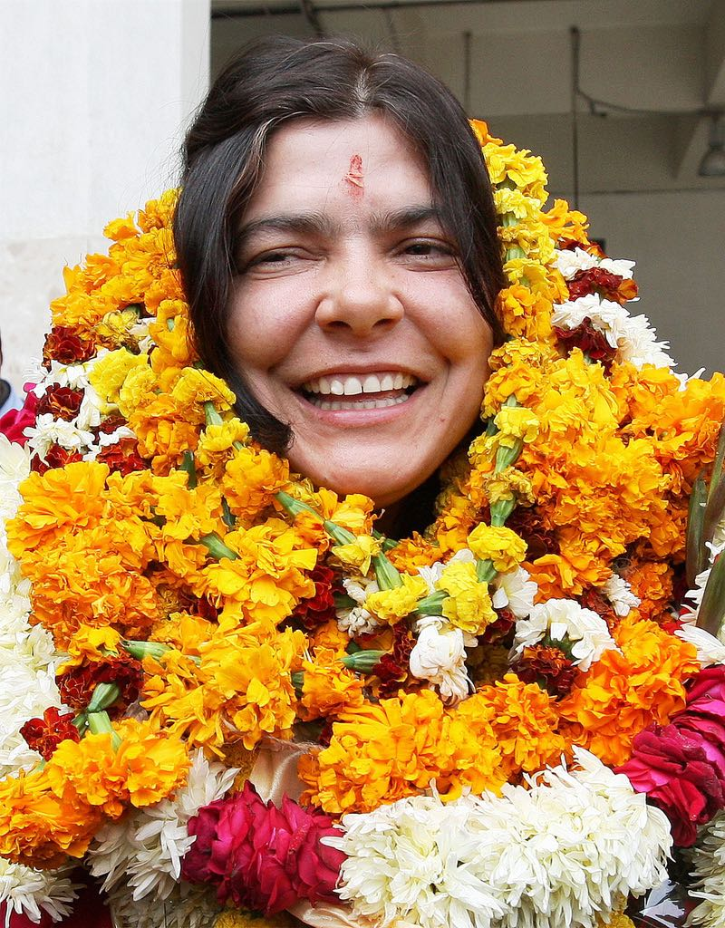 Reena Kaushal Dharmshaktu, who became the first Indian woman to ski to the South Pole, being garlanded on her arrival at Indira Gandhi International Air Port in New Delhi on Friday. Photo © by  Vijay Kumar Joshi