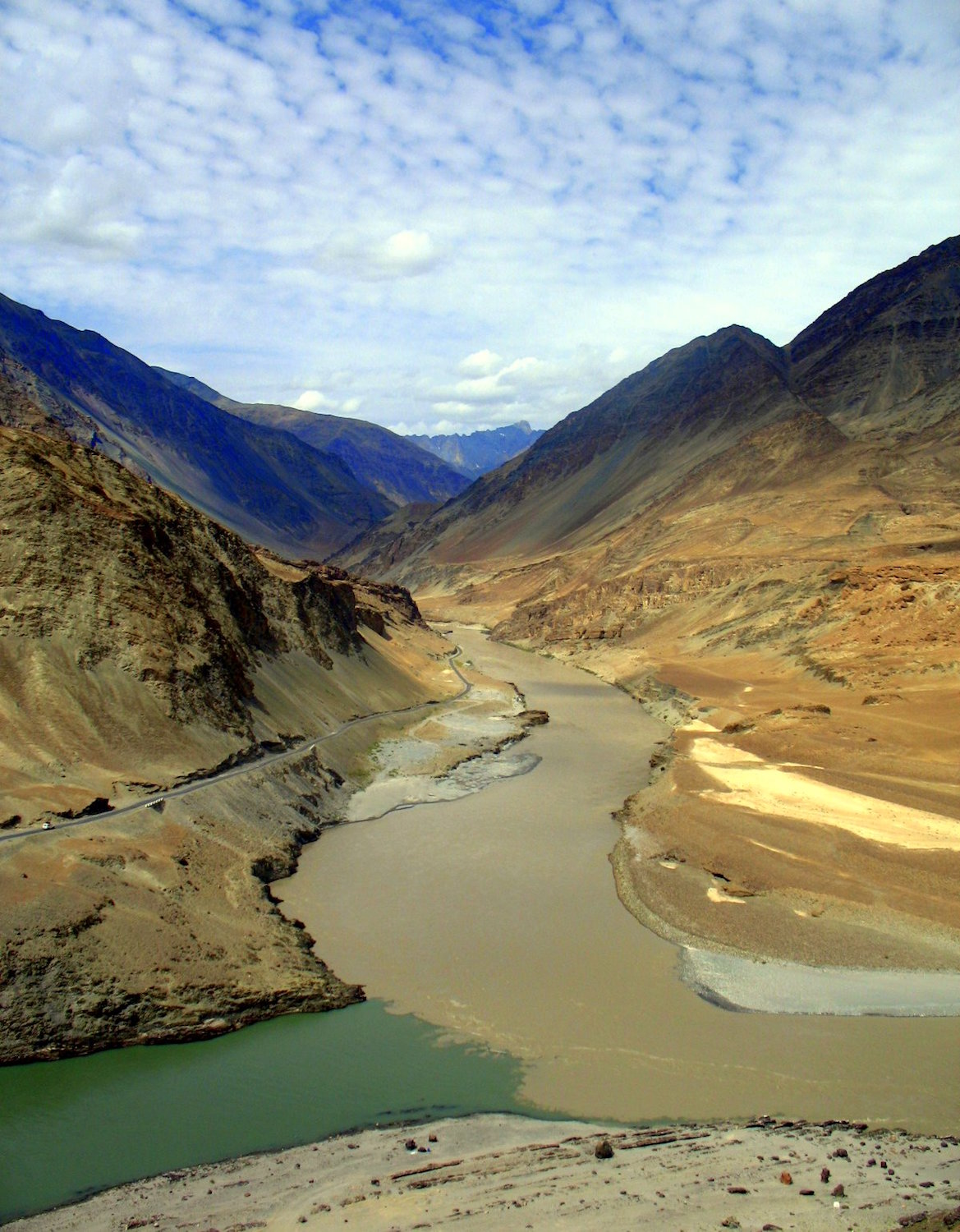 Confluence of Indus (green) and Zanskar (brown) rivers By Payal Vora from Bay Area (A tale of two rivers) CC BY 2.0, via Wikimedia Commons