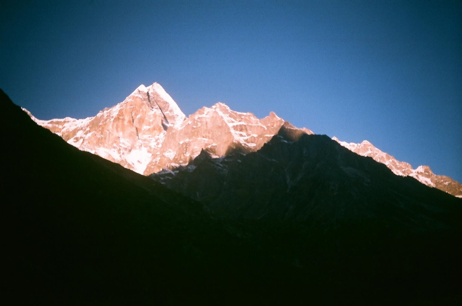 Meru peak as viewed from Bhujbasa (Garhwal Himalayas) ©  Soumit ban (   CC BY-SA 3.0   )