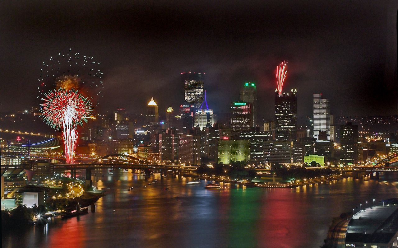 Night_view_of_Pittsburgh,_with_fireworks_(July_22,_2005).jpg