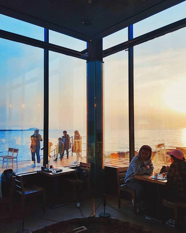 From inside. #jejuisland #monsantcafe #gdragon #sunset 📸 #samsungs8plus #samsungsg  #Southkorea #🇰🇷#cafe #cafestagram #café #cafes