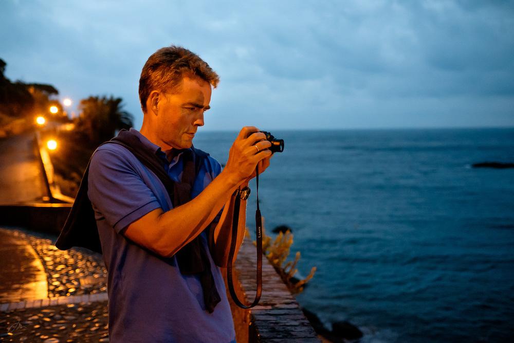 Kjetil på kveldsfotografering i havna.