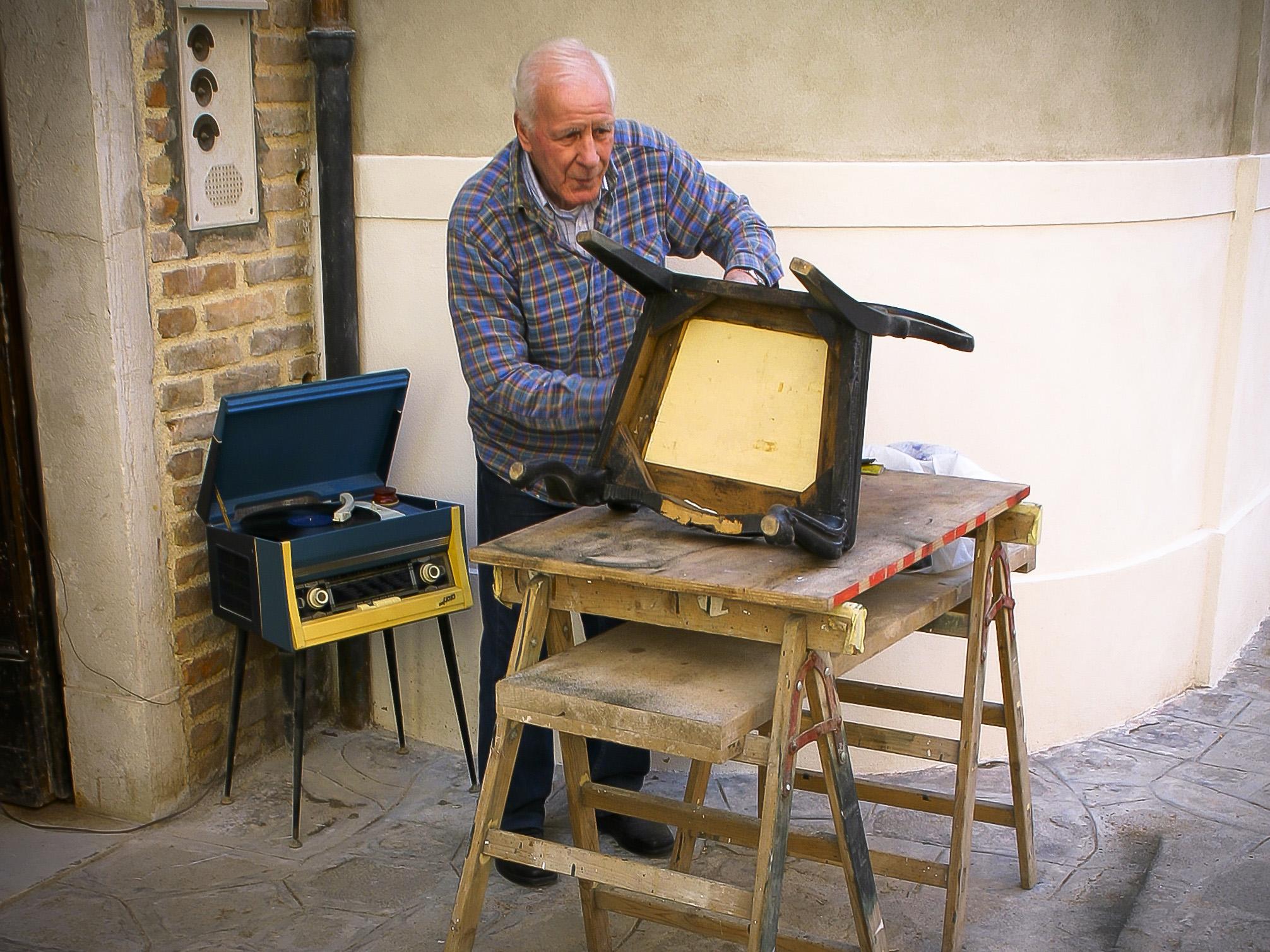 Med gammel stol og gammel radio