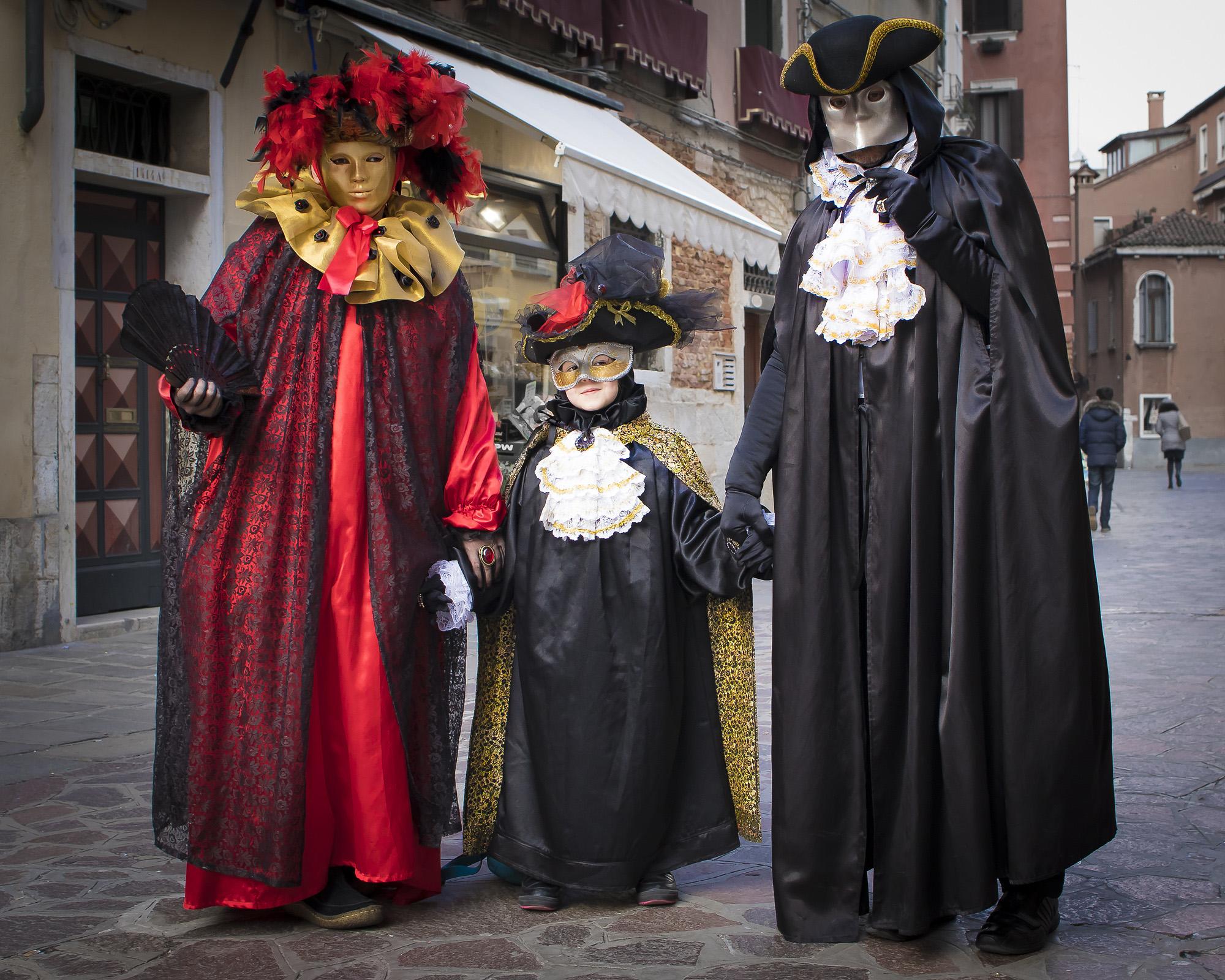 Familien på karneval