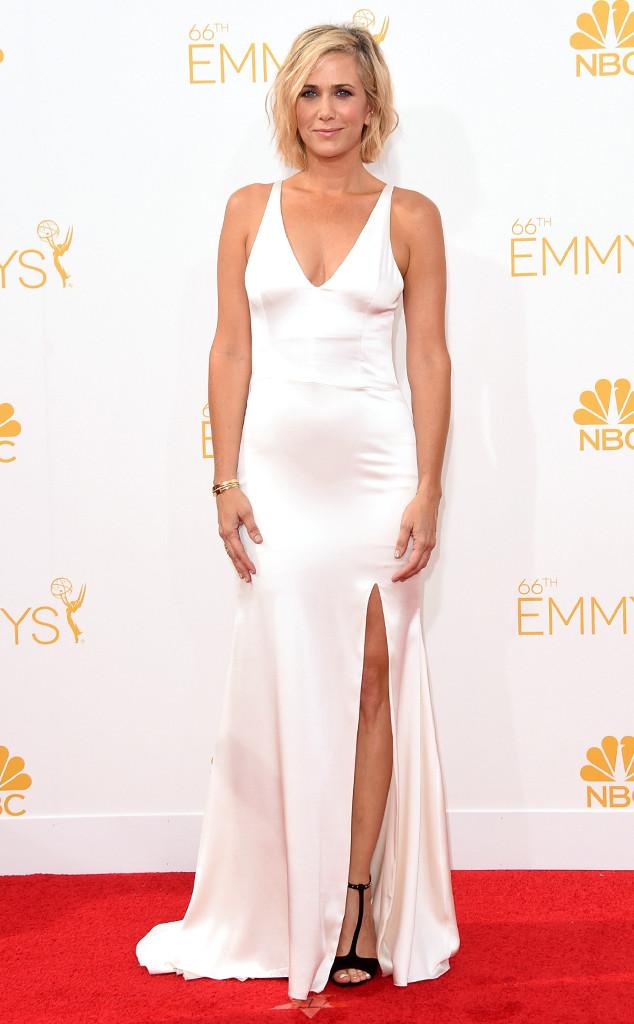 Kristen Wig looks gorgeous in this simple but sleek Vera Wang dress.