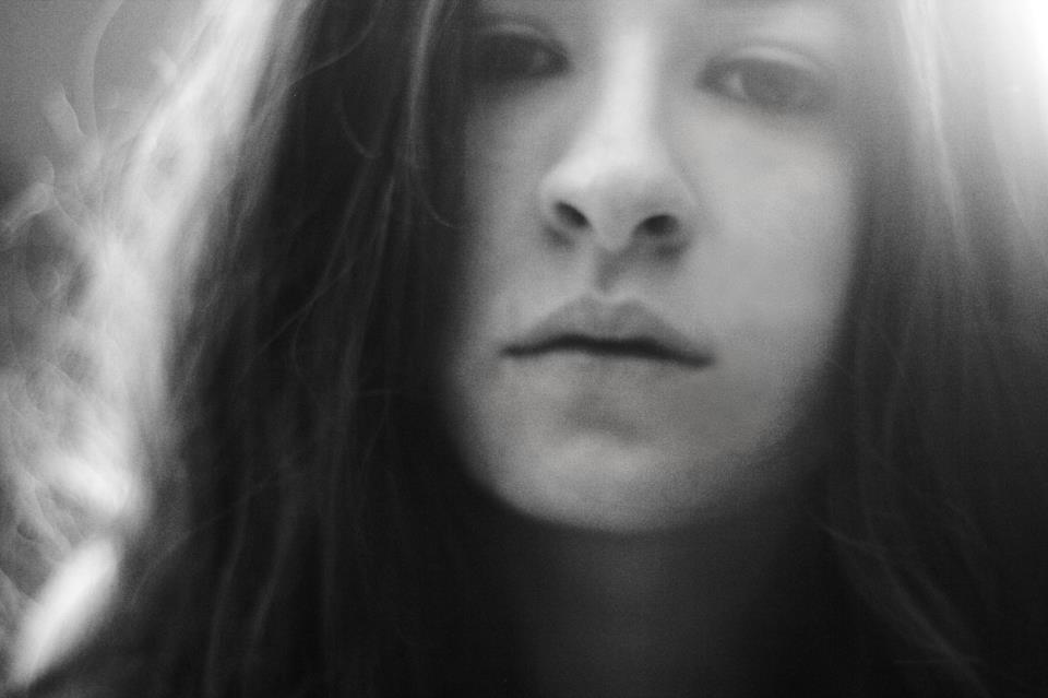 Larissa Dare:  Fotógrafa, formada em fotografia. Fez seu primeiro curso aos 16 anos na Academia Brasileira de artes, se descobriu fotógrafa aos 18 e estendeu seus estudos na Panamericana de artes e design, especializada em retrato pela mesma. Trabalha com enfoque em moda e nú artístico, e já teve seu trabalho exposto na L'OFFICEL MEN, Revista Glamour, Revista Contigo e Playboy, já trabalhou em edições no SPFW, e hoje trabalha com mercado publicitário, beleza e editorial. Produz registros sinestésicos, que conectam o espectador a uma série de sensações e se dedica a criar elo com o retratado e as marcas que ele representa.