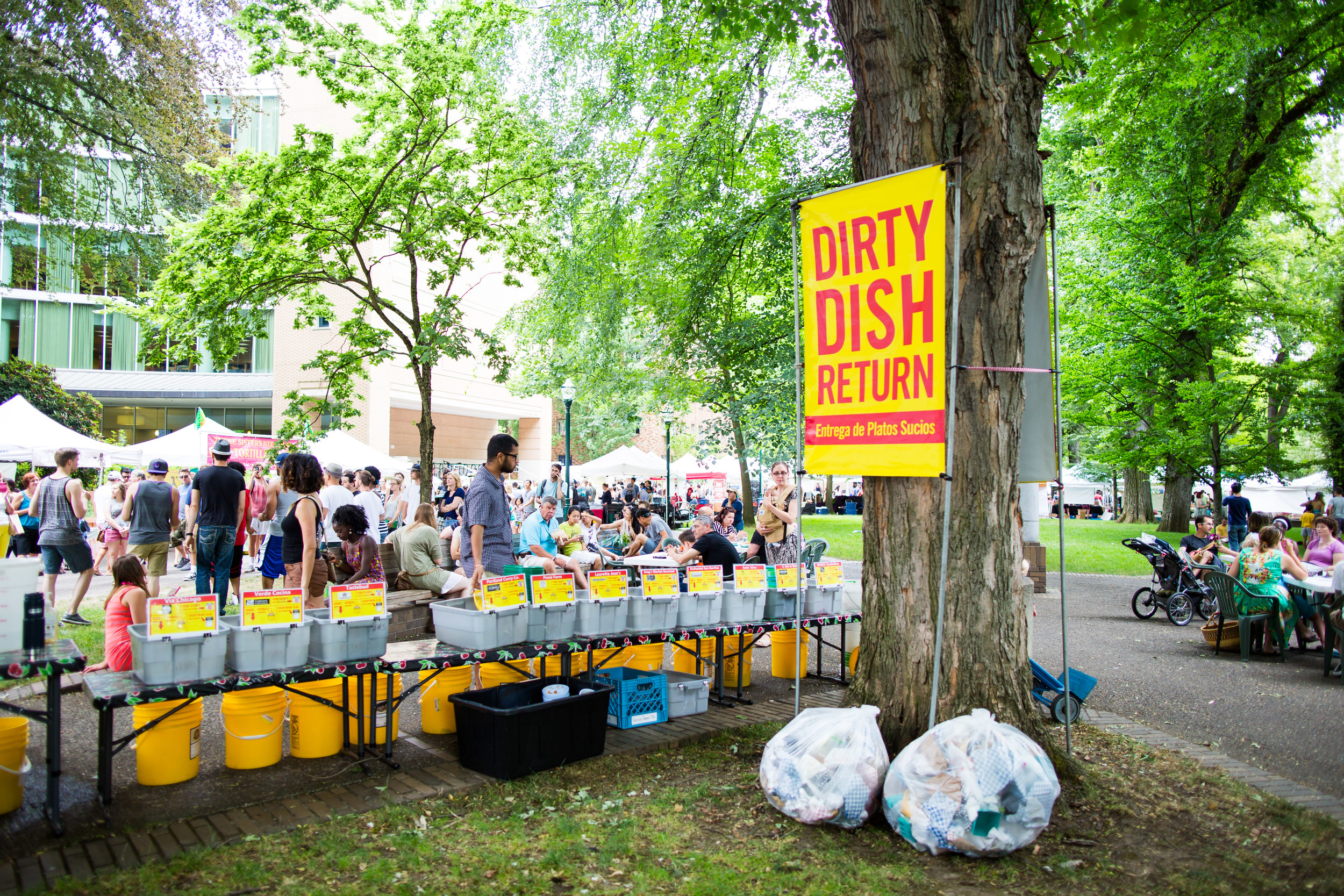 All food vendors serve their food on real dishes and with real silverware. When finished, diners return the dishes to their designated bin of soapy water. A terrific way to reduce waste. As you can see only two bags collected at this spot and the market is in its 3rd hour.