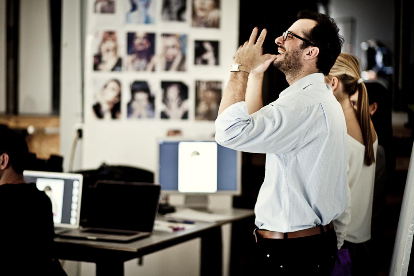 Mateusz Motyczyński, dyrektor generalny Lilou zadowolony z przebiegu sesji/fot. Agnieszka Taukert/Backbone dla Do You Know Fashion