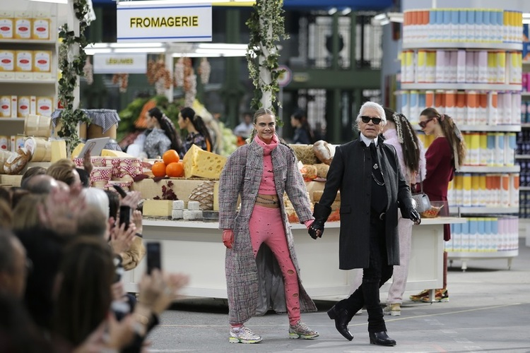 Karl Lagerfeld i Cara Delavigne podczas pokazu Chanel FW 2014/15/fot. Agencja FORUM