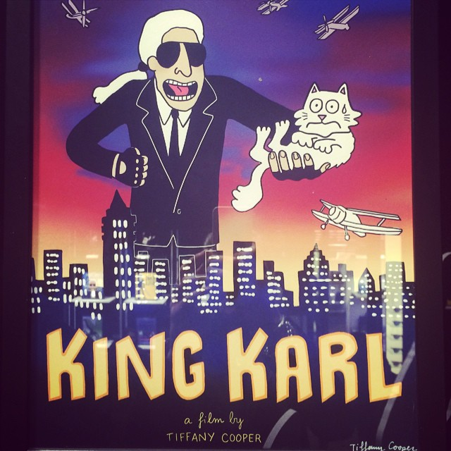 "Karl i kotka Choupette w filmie ""King Karl"" (nawiązanie do filmu ""King Kong"")/Instagram: @suzymenkesvogue"