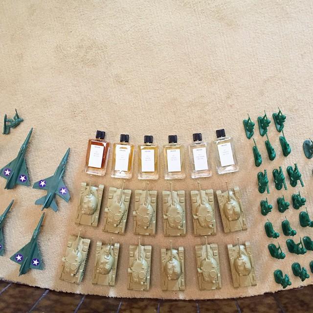 Organizowanie pola bitwy za pomocą m.in. flakonów perfum od Prady/Instagram: @officialautumndewilde
