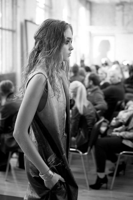 Modelka na wybiegu z biżuterią Elixa/fot. Agnieszka Taukert dla DYKF