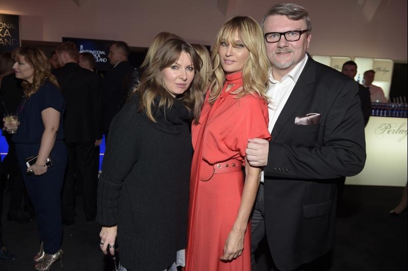 Aneta Kręglicka w sukience duetu MMC - tu z projektantami MMC, Iloną Majer i Rafałem Michalakiem/fot. AKPA