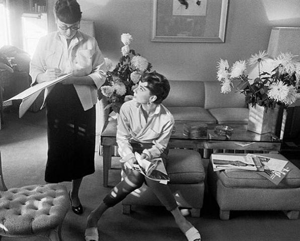 Edith Head i Audrey Hepburn w 1953/Instagram @clothesonfilm