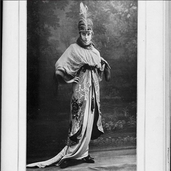 Modelka w stroju dziennym i kapeluszu Drecolla, magazyn Les Modes kwiecień 1914/Instagram: @the_art_of_dress