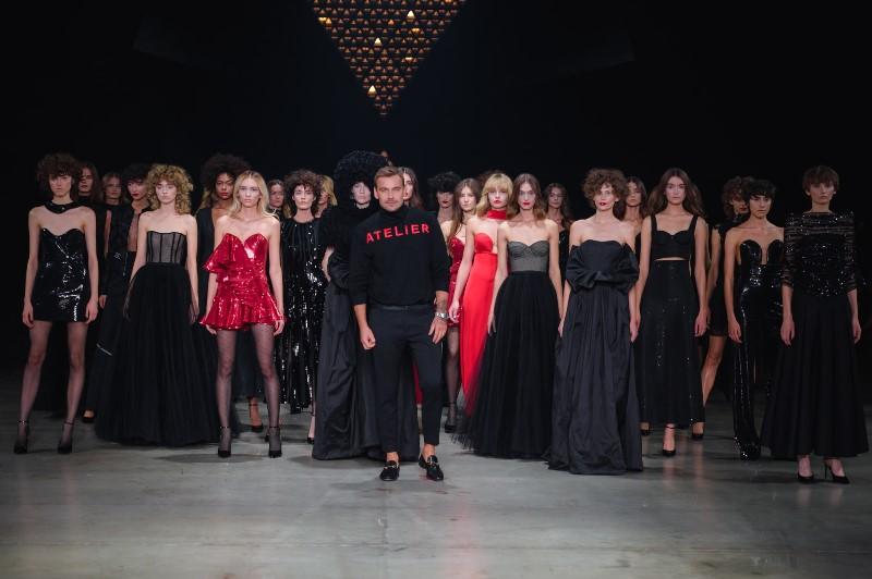 """Finał pokazu Dawida Wolińskiego """"Atelier 214.2""""/fot. Filip Okopny - Fashion Images"""