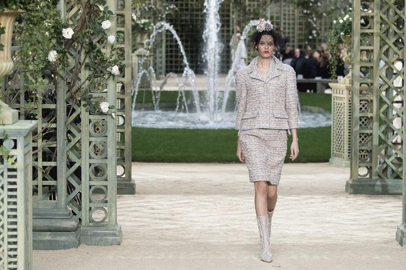 Kadr z filmu o przygotowaniach do pokazu haute couture domu mody Chanel/fot. fashionista.com