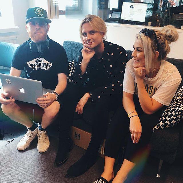 """Vem har vi i studion? Jo denna herre👆🏼😍 @oscarenestad håller oss sällskap i dag och bjuder på en riktig smackalacka-intervju och ett live framträdande av nya singeln """"Heaven on my skin"""" Det vill ni inte missa förtusan! In och lyssna efter 17:00🔥🔥"""