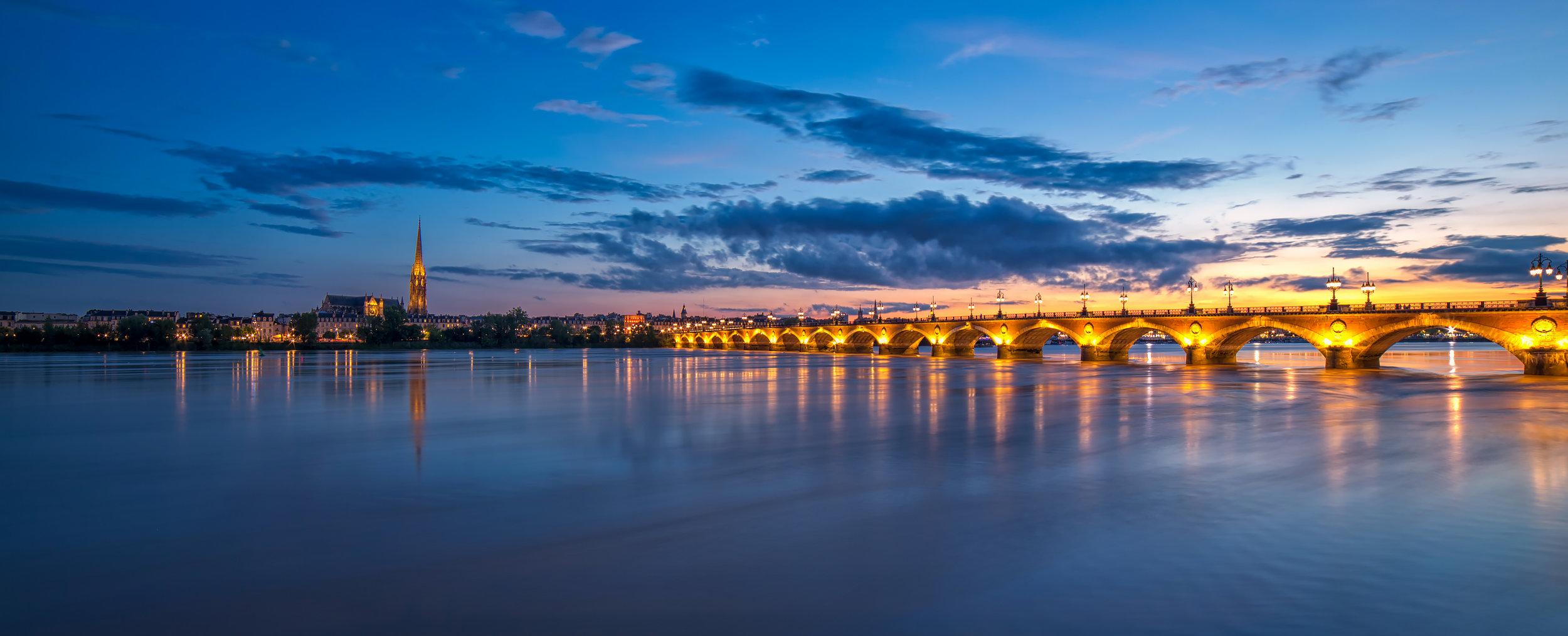 Le pont de pierre de nuit