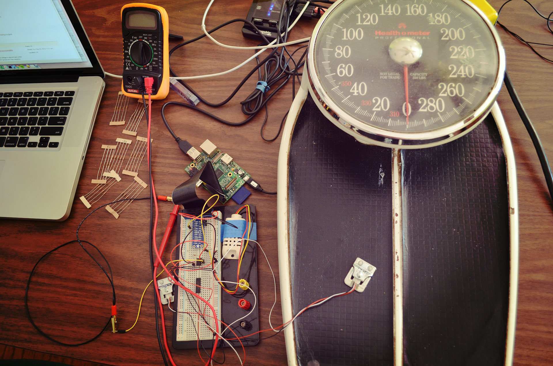 Circuit with weight sensor on scale to record reference points of analog voltage