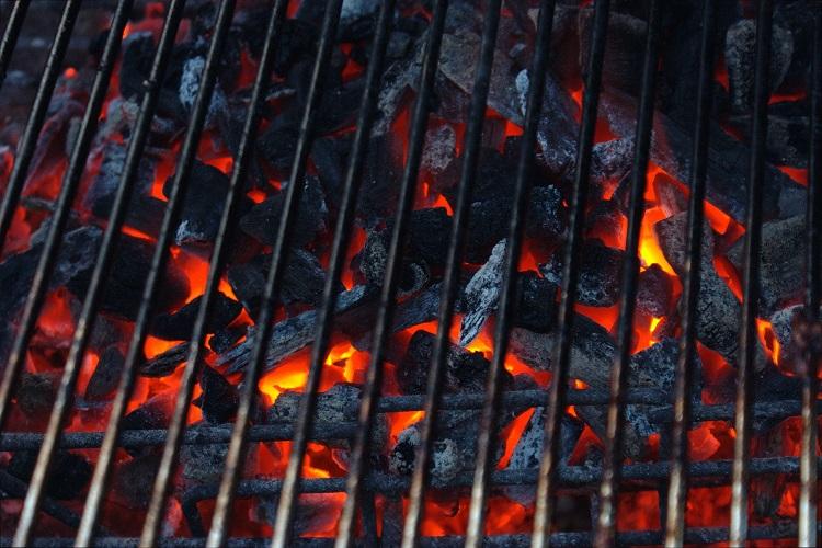 Hot_black_coals_glowing_orange_in_a_barbecue_01.jpg