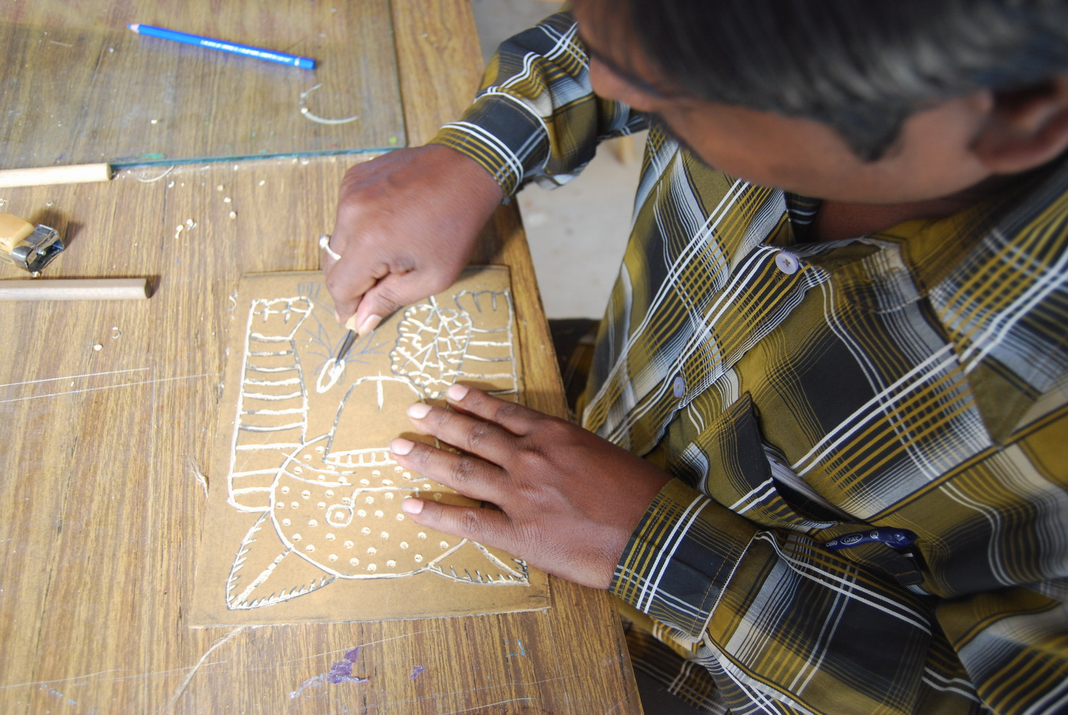Mantu Chitrakar working on a lino cut print.