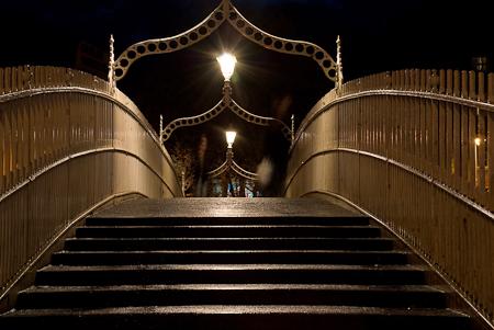 Ha_penny_Bridge_01_at_night.jpg
