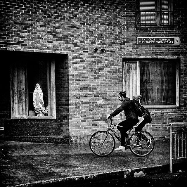 Madonna gazing.  Wandering around the Liberties area the other day, same across this scene which caught my eye... Fuji x100s, 1/420th sec, f/8, ISO 800, 23mm  All constructive comment and critique welcome!  A selection of my street photography images are available for sale online at https://houghtonphoto.darkroom.tech #fujix100s #ilovefujix #dublindaily #dailydublin #igerstreets #streetshared #fujifilm_street #BNW_PLANET_2019 #bnwgreatshots #streetmagazine #streetframe #streetxstory #agameoftones #photographyisart #houseoftones #monochrome #bnw_captures #blackandwhitephotography #bnw_life #bw_lover #bnw_planet #monoart #bw_society #bw_photooftheday #instablackandwhite #insta_bw #bnwmood #monochromatic #createcommune  #urbanandstreet #streetshared #streetmagazine