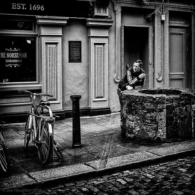 Morning cuppa... Saw this chap on the way in to town this morning, just taking a few minutes with a fag and a cuppa ... Fuiji X100s, 1/250th sec, f/5.6, ISO 400, 23mm.  New gallery to buy my prints now at https://houghtonphoto.darkroom.tech #fujifilm #dublinisblackandwhite #dublindaily #streetshots #dailydublin