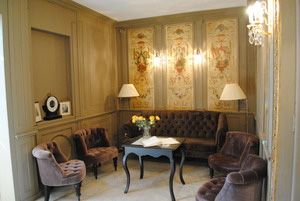 The sitting room where you'll meet the group before excursions.