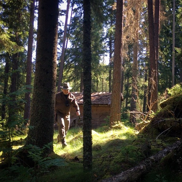 TBT to a warmer camp 🌲. . . . . . ---- --- -- ---- -------- #forestlife #wildernessculture #woodsman #outdoorsman #wildcamping #hiking #getoutside #wilderness #thegreatoutdoors #itsgreatoutthere  #modernoutdoorsman #bushcraft #naturelovers #offgrid #natureadventure  #forestlife #wildernessadventure #goutside #naturehiking #campingvibes #swedishnature  #nature_seekers #intothewild #bushcraftsweden #outdoorlife #friluftsliv #bushcraftsverige #wildernessculture #wintercamping #camplife #logcabin