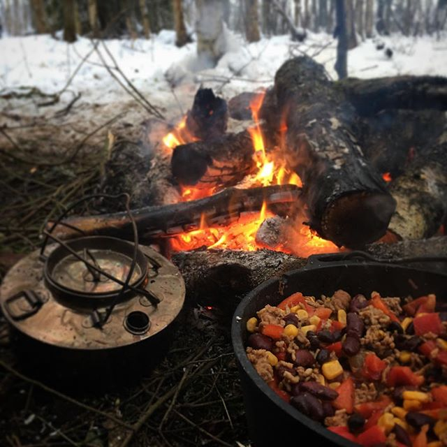 Chili con carne, Chaga tea and a nice fire. It's a great day 👍😀 . . . . . #forestlife #wildernessculture #woodsman #outdoorsman #wildcamping #getoutside #wilderness #thegreatoutdoors #itsgreatoutthere  #modernoutdoorsman #bushcraft #naturelovers #offgrid #natureadventure  #forestlife #wildernessadventure #outdoorlife #campingvibes #swedishnature  #bushcrafting #outdoorlife #friluftsliv #bushcraftsverige #wildernessculture #wintercamping #chiliconcarne #outdoorcooking #campfirecooking #dutchoven #chagatea