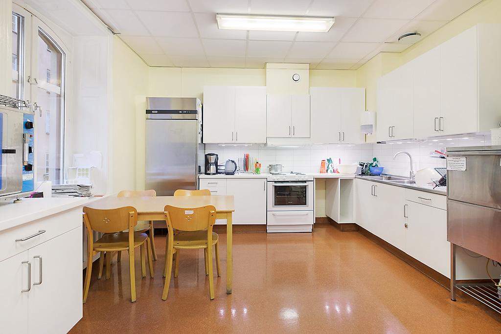 Köket där Kulans kock Mårten lagar all mat. Maten som serveras på Kulan är sedan 2014 KRAV-certifierad.
