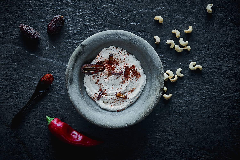 Cashewnusscreme mit geräucherter Paprika und Datteln