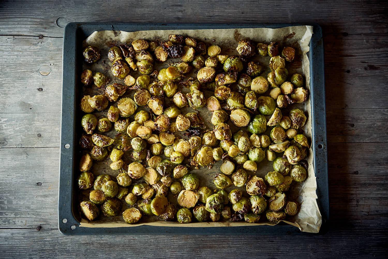 Gerösteter Rosenkohl mit Granatapfelkernen und würzigen Kokoschips