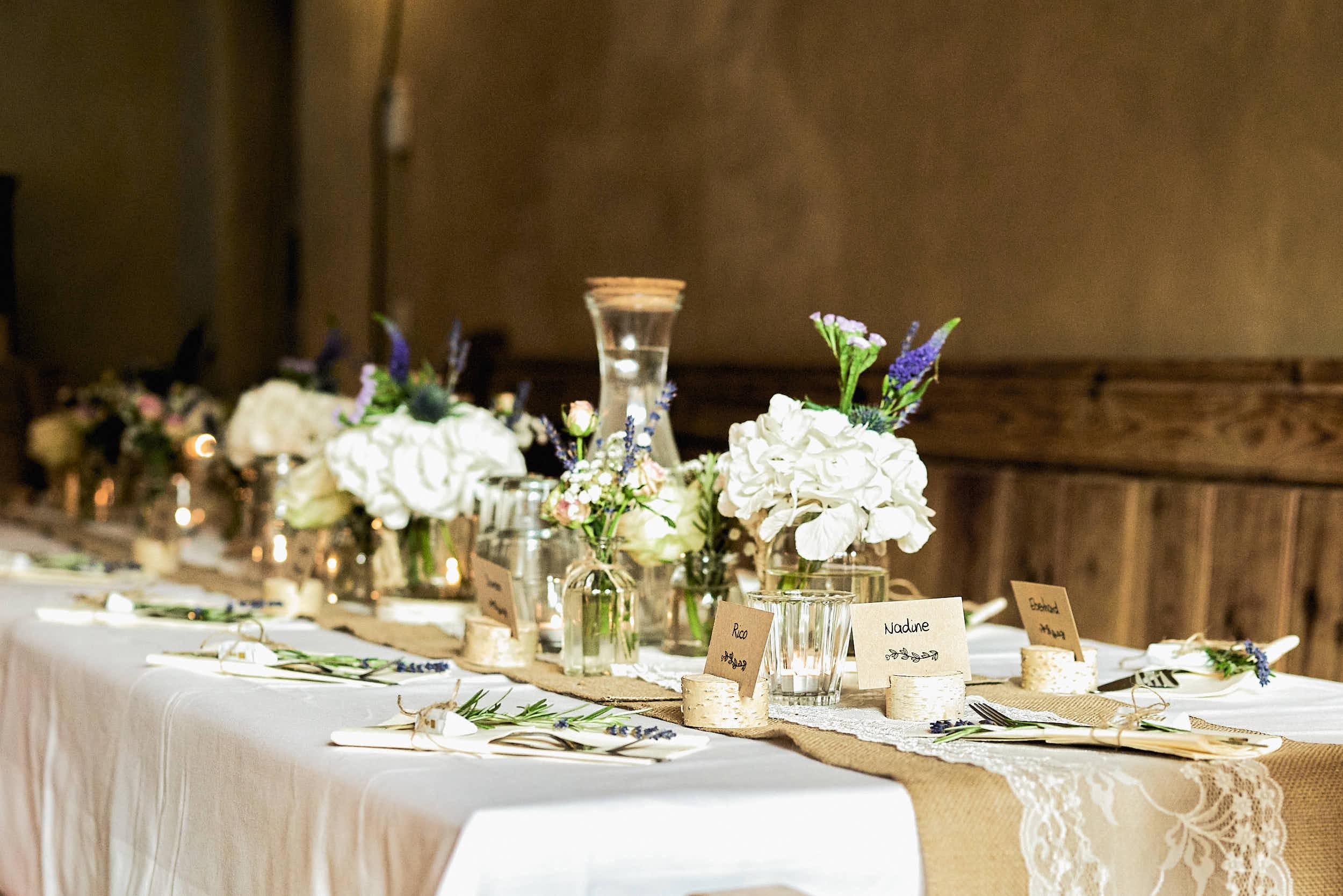 Vegane Hochzeit feiern mit schöner Tischdekoration