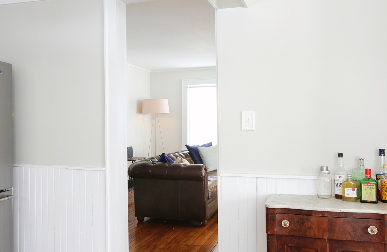 WILLOW COTTAGE KITCHEN LOOKING INTO LIVING ROOM 1_ESCAPE BROOKLYN.jpg
